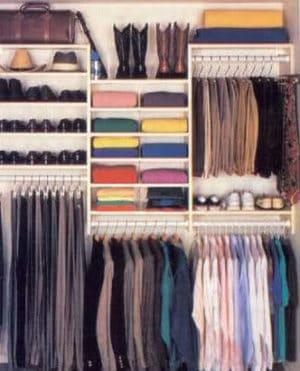 Opgeruimde kledingkast